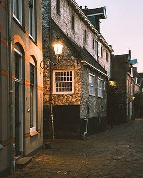 Lantarenpaal in een typisch straatje van de Muurhuizen in Amersfoort van Michiel Dros