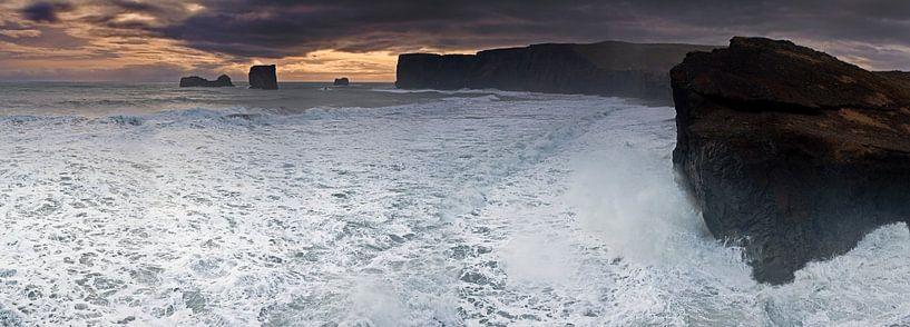 Panorama wilde oceaan in IJsland van Anton de Zeeuw