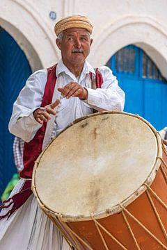 Muzikant met drum in Tunesië van Jessica Lokker