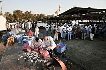 Vissers verkopen verse vis op de dagelijkse vismarkt. Dubai vismarkt in Deira, Verenigde EmiratenFis van
