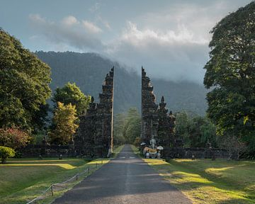 Een mooie toegangspoort in Bedugul, Bali, tijdens zonsopkomst van Anges van der Logt
