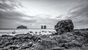 Mosteiros rotsblok met uitzicht over de Atlantische Oceaan van