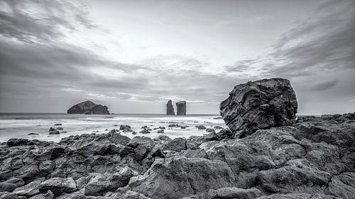 Mosteiros rotsblok met uitzicht over de Atlantische Oceaan