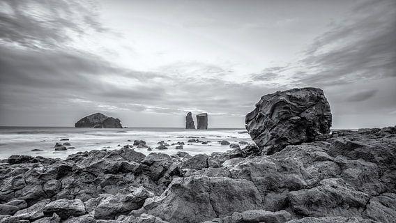 Mosteiros rotsblok met uitzicht over de Atlantische Oceaan van Martijn van Dellen