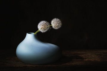Une nature morte minimaliste avec des pissenlits . sur Saskia Dingemans