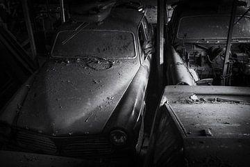 Volvo Amazons bei Urbex Location, schwarz-weiß mit Filmkorn