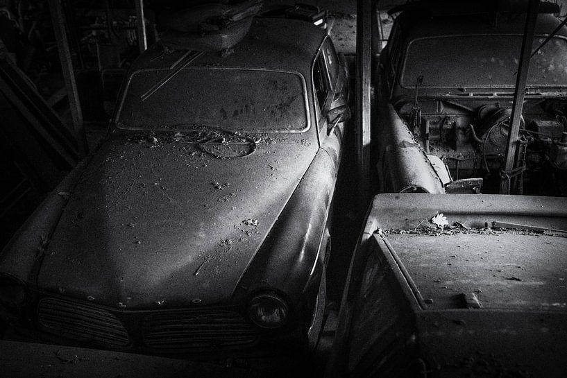 Volvo Amazons bei Urbex Location, schwarz-weiß mit Filmkorn von Ger Beekes