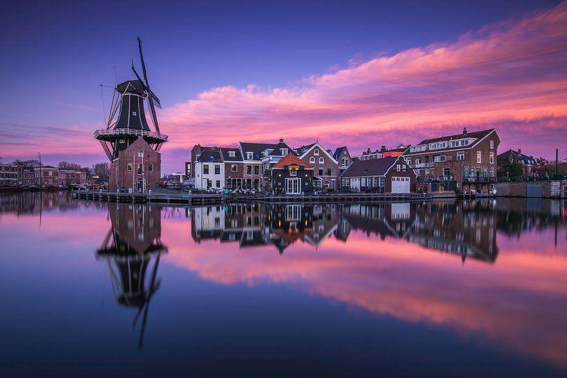 Kleurrijke zonsondergang in Haarlem van Tristan Lavender