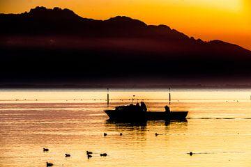 Boot im Sonnenuntergang am Chiemsee van Holger Debek