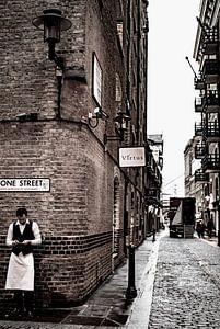 Kelner in historische straat in London van Francisca Snel