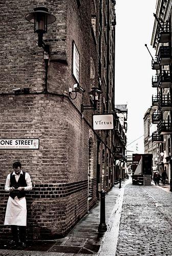 Kelner in historische straat in London