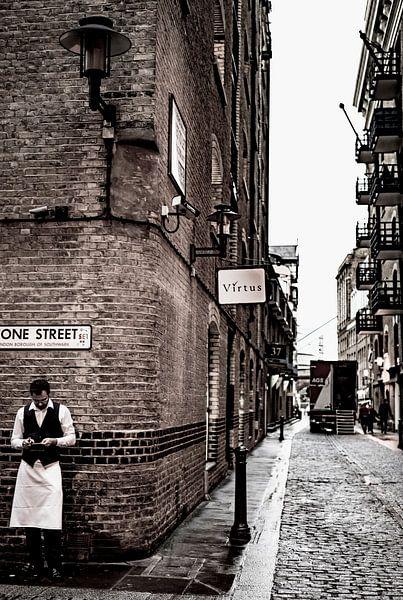 Kelner in historische straat in London van Francisca Snel (Cissees)