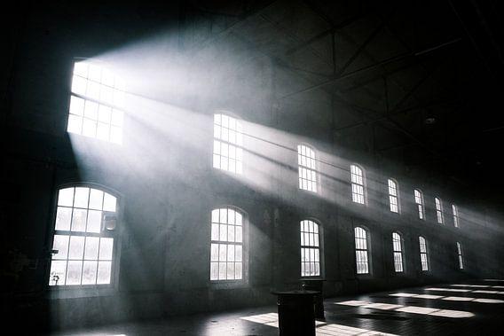 Das Sonnenlicht scheint durch die Fenster