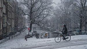 Amsterdamse fietser in de sneeuw van
