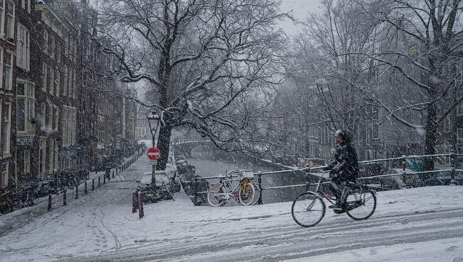 Amsterdam Radfahrer im Schnee von Toon van den Einde