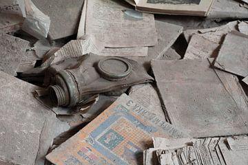Gasmasker tussen de schoolboeken in Pripyat van