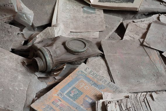 Gasmasker tussen de schoolboeken in Pripyat van Tim Vlielander