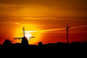 Eine alte und eine neue Windmühle mit Sonnenuntergang von Jan Hermsen