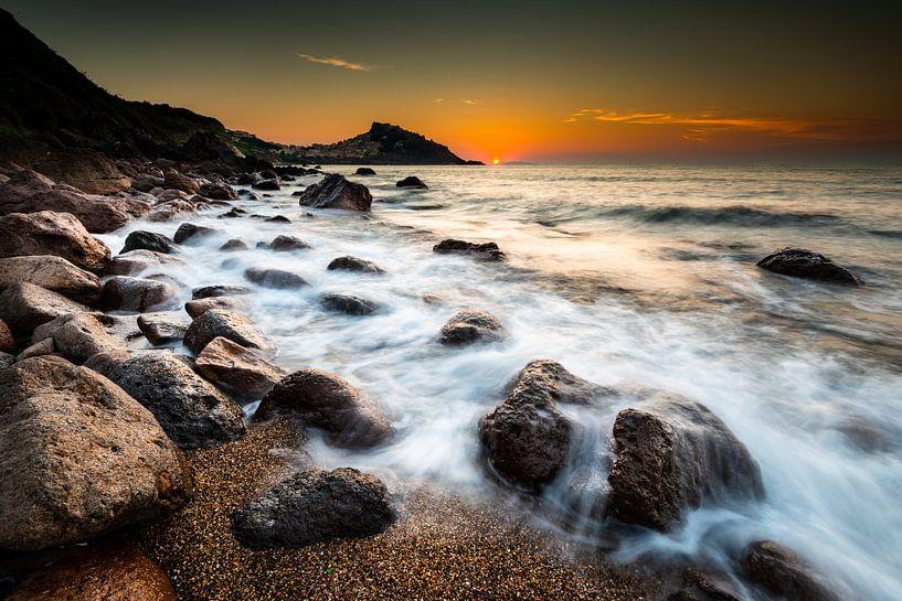 Zonsondergang bij Castelsardo op Sardinië van Damien Franscoise