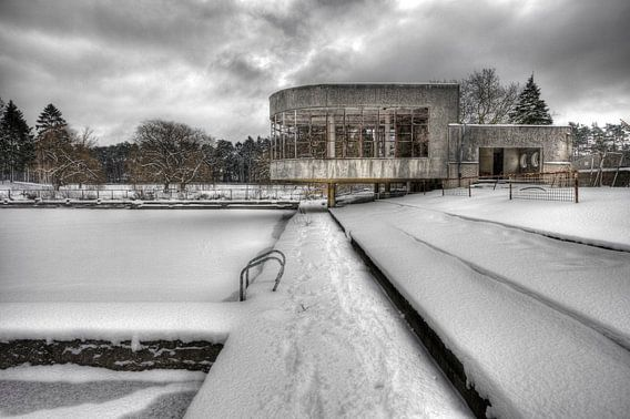 Snow on the pool and pavilion van Patrick LR Verbeeck