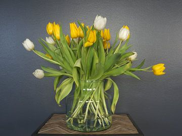 Frühlingsstrauss; ein Strauss gelber und weisser Tulpen in voller Blüte von Atelier Liesjes