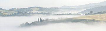 Toscaans landschap ontdoet zich van de ochtendnevelen van Lex van den Bosch