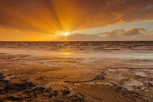 Late zonnestralen boven de Waddenzee van Karla Leeftink