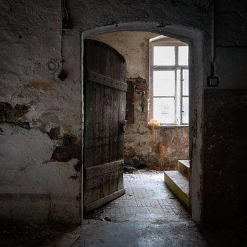 Verlassene Tür in die Dunkelheit. von Roman Robroek