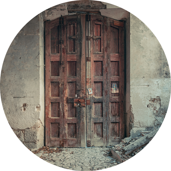 Verlaten plekken: Spaanse fabriekspoort. van Olaf Kramer