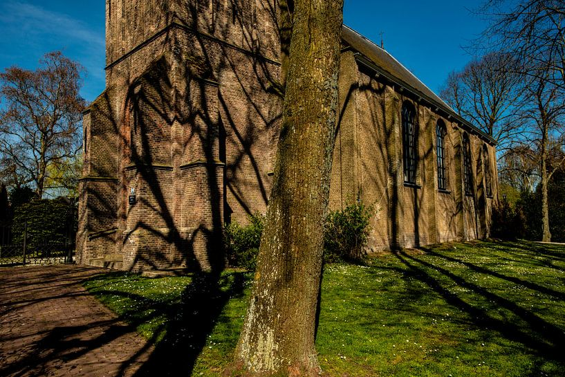 Schaduwen op een Kerk van Brian Morgan