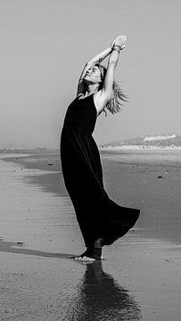 Posture de yoga sur la plage de Terschelling - Yogiez 4 Black and White sur Alex Hamstra