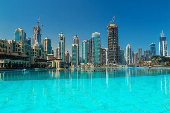 Skyline of Dubai van Ilya Korzelius