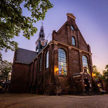 Bullekerk of Westzijderkerk in Zaandam in het blauwe uur van Jeffrey Steenbergen