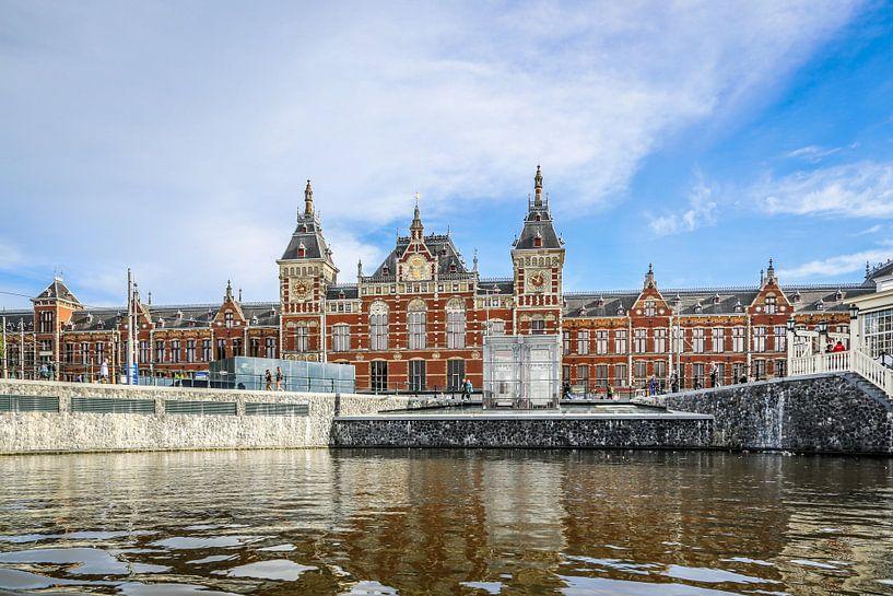 Amsterdam Centraal Station vanaf het water van Fotografie Jeronimo