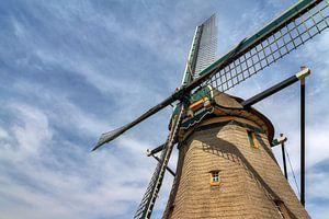 Hollandse molen tegen een blauwe lucht met wolken