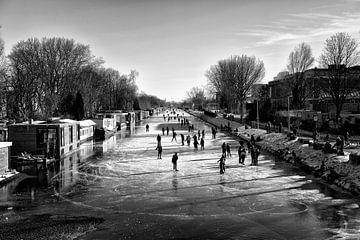Eislaufspaß auf dem Merwedekanaal in Utrecht bei der Balijebrug von De Utrechtse Grachten