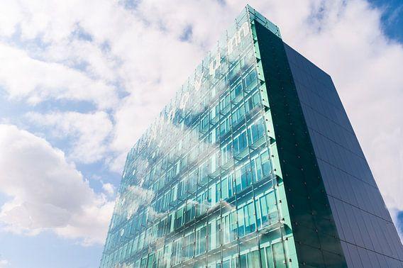 Spiegeling van wolken in ramen flat