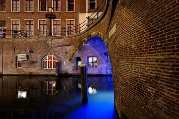 Stadhuisbrug over de Oudegracht in Utrecht met Trajectum Lumen lichtkunstwerk van Har Hollands sur
