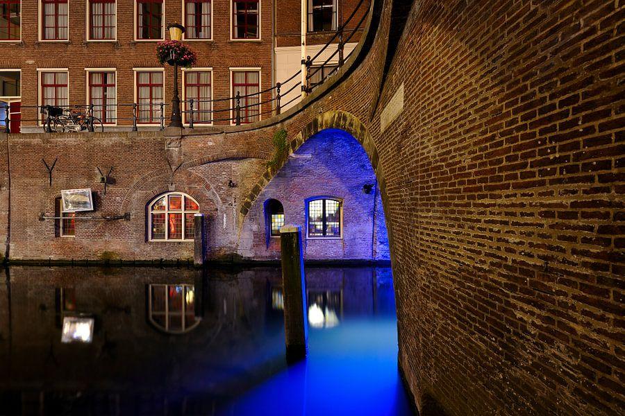 Stadhuisbrug over de Oudegracht in Utrecht met Trajectum Lumen lichtkunstwerk van Har Hollands van Donker Utrecht