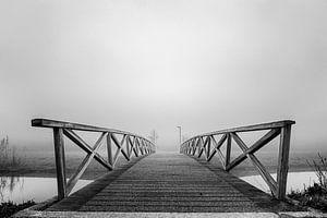 Schwarz/weiße Brücke im Nebel von Arno Van Hout