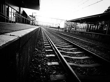 Trein station rails zwart wit van Tom Poelstra