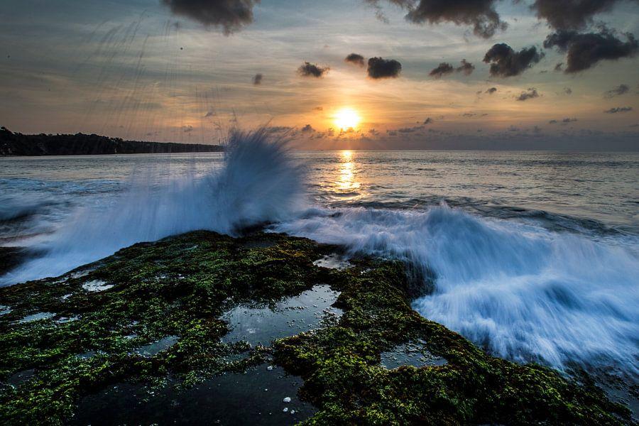 Ondergaande zon op Dreamland Beach Bali van Willem Vernes