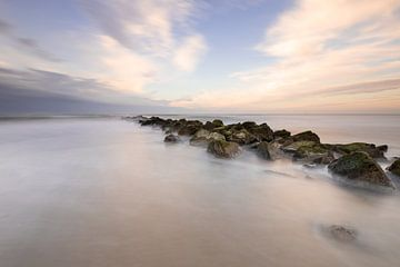 Pastellfarbener Sonnenuntergang am Strand von Texel von Onno Wildschut