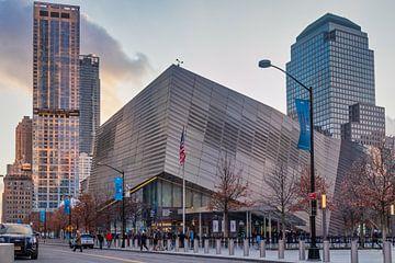 Het National September 11 Memorial &Museum (9/11 museum) daglicht buitenaanzicht met mensen  van Mohamed Abdelrazek