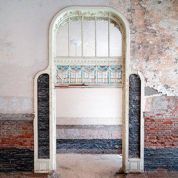 Porte abandonnée en restauration. sur Roman Robroek