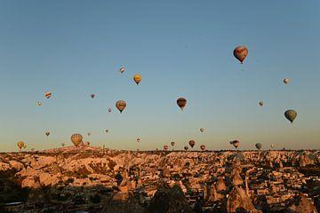 Montgolfières au-dessus de Göreme au lever du soleil sur Renzo de Jonge