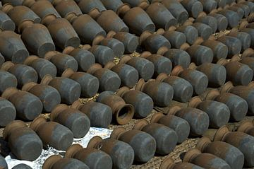 Fond de potsBhaktapur, Népal : Place de la poterie. Rangées symétriques de pots traditionnels sur Michael Semenov