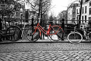 De Rode fiets op de Quintijnsbrug over de NIeuwegracht in Utrecht