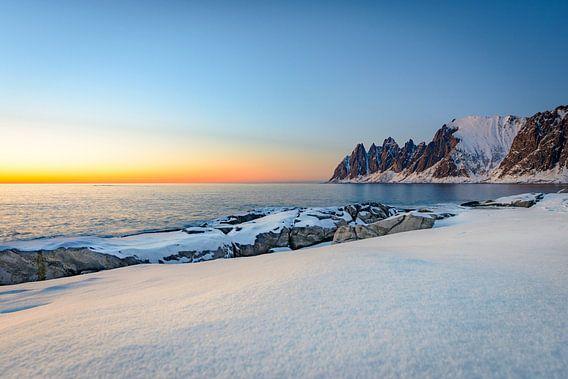 Zonsondergang over Okshornan-bergketen in Noordelijk Noorwegen in de winter