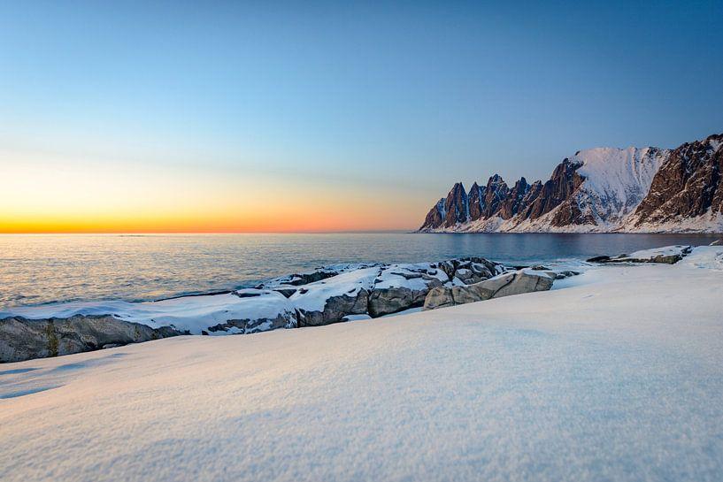 Zonsondergang over Okshornan-bergketen in Noordelijk Noorwegen in de winter van Sjoerd van der Wal